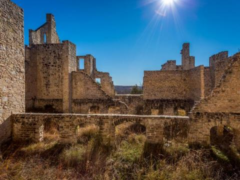 These ruins that resemble an ancient European castle actually sit just outside of Kansas City, Missouri, and are the results of a dream of businessman Robert Snyder, who wanted to build a European-style castle in Missouri.
