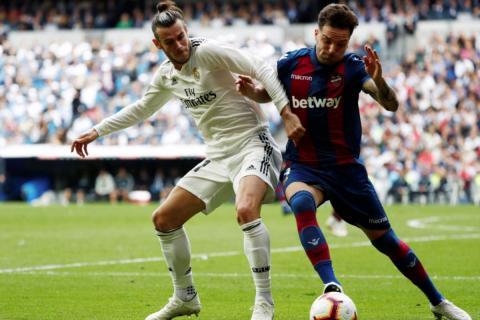 Toño disputa un balón con Gareth Bale