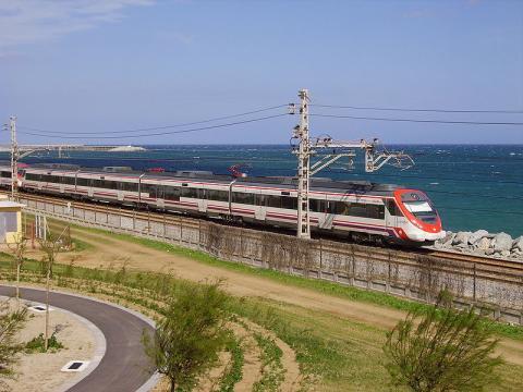 Un tren de Rodalies pasa por Mataró