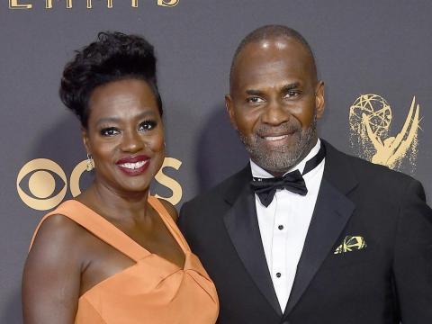 Viola Davis y Julius Tennon en los premios Emmy 2017.