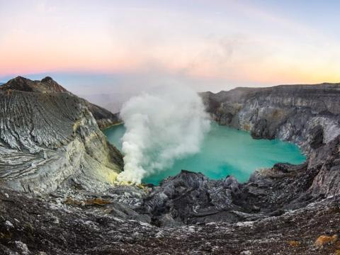 El gas sulfúrico hace que la lava parezca azul