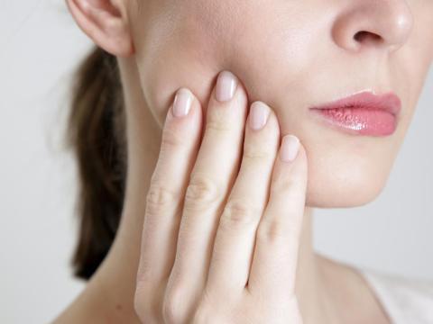 Si notas dolor en la mandíbula, visitar a un cardiólogo es una buena opción.