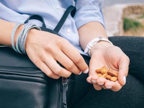 Te comes demasiadas nueces sin darte cuenta.