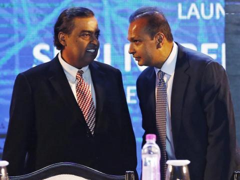 En 2005, los hermanos dividieron la compañía en un acuerdo negociado por su madre, y Mukesh se quedó con el control de las operaciones de petróleo, gas, petroquímica y refinación del negocio.