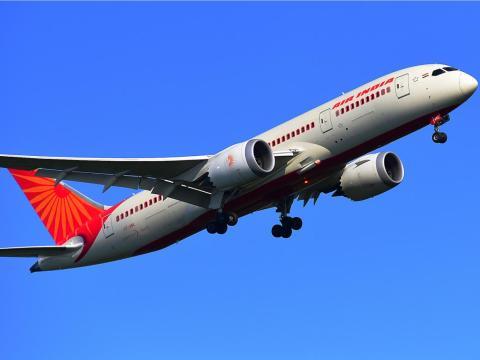 Un Boeing 787-8 de AIR INDIA aterrizando en el Aeropuerto de Frankfurt