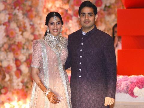 Akash está casado con su novia de la escuela secundaria, Shloka Mehta, la hija de un conocido comerciante de diamantes.