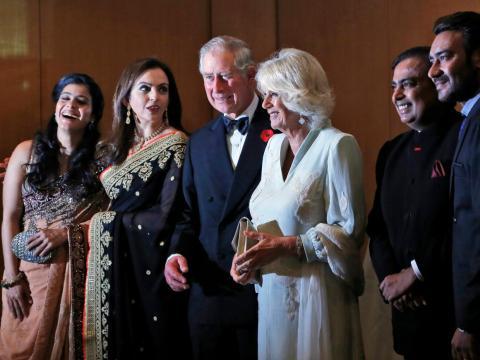 La familia Ambani se ha mezclado desde hace mucho tiempo con figuras mundiales de alto perfil, como el Príncipe Carlos y Camilla, la Duquesa de Cornualles...