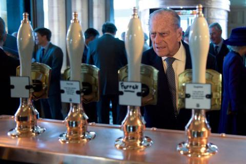 El príncipe Philip se enfrenta a la difícil tarea de seleccionar una pinta.