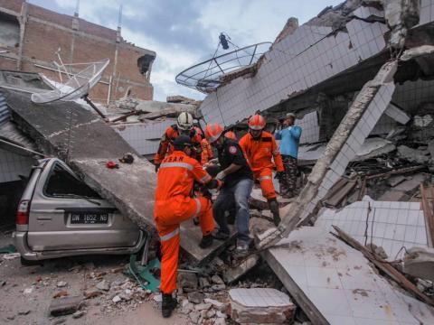 Las fuerzas de rescate luchan por rescatar con vida a los heridos tras los desprendimientos.