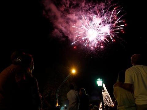 Argentinos miran al cielo viendo los fuegos artificiales en el centro de Buenos Aires