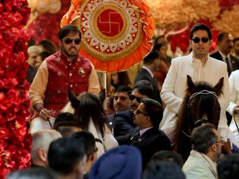Los hermanos Akash y Anant llegaron a caballo.