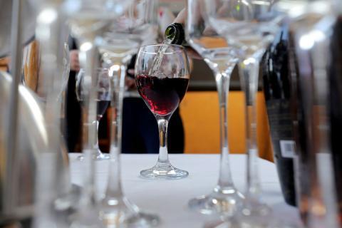 Un camarero sirve una copa de vino
