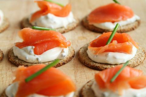 Canapés de salmón ahumado con queso