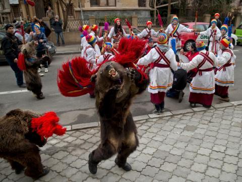 Rumanía celebra la tradición de cantar villancicos con otras costumbres pre-románicas locales.