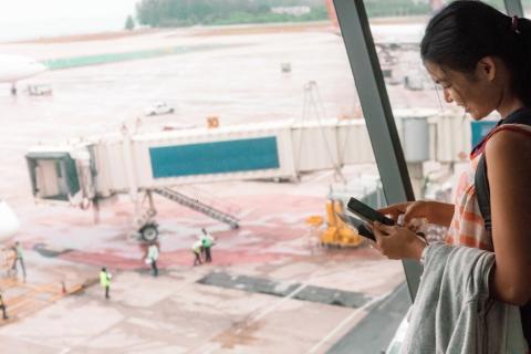 Una chica utilizando su teléfono móvil.