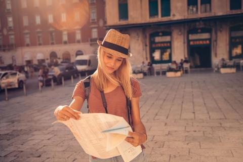 Chica viajando por el mundo.