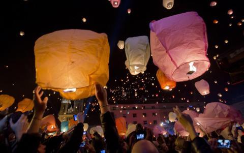 La gente lanza enormes linternas de papel al cielo en Navidad.
