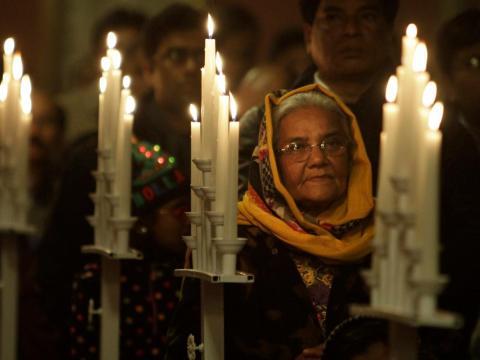 Una cristiana de Pakistan atiende la ceremonia religiosa.