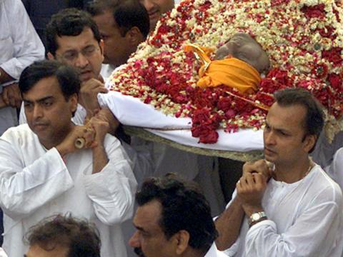 Dhirubhai murió en 2002 a los 69 años sin un testamento....
