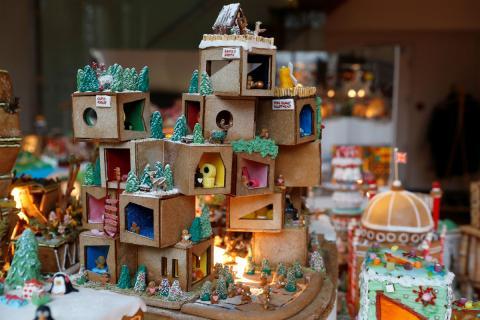 Un edificio de dulces con motivos navideños