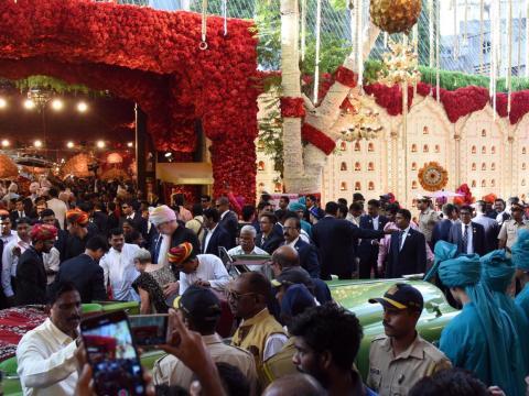 Se estima que 600 invitados asistieron a la extravagante boda, que según algunos informes costó unos 100 millones de dólares. Un portavoz de Reliance, sin embargo, dijo que no costó más de 15 millones de dólares.