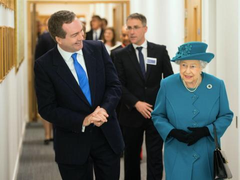 El exdirector de la agencia británica de espionaje GCHQ Robert Hannigan junto a la reina Isabel II.