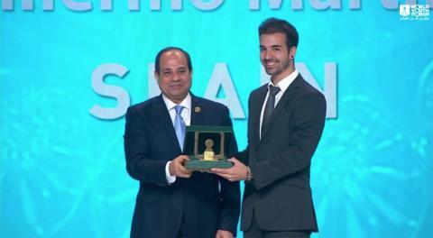 Guillermo Martínez, fundador de Ayúdame 3D, junto con Abdelfatah Al-Sisi, presidente de Egipto, en el momento de la entrega del premio del Foro Mundial de la Juventud