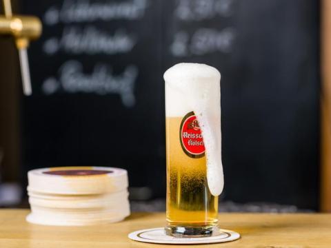 La cerveza Kölsch de Alemania es dorada y refrescante.