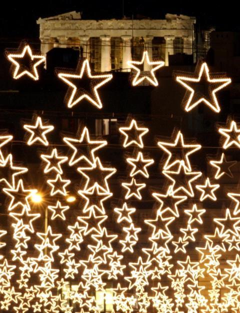 Las luces navideñas brillan frente al Partenón.