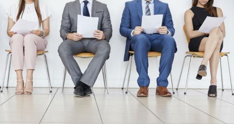 Un grupo de candidatos esperan su turno para una entrevista de trabajo