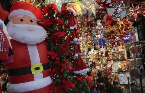 Una madre y sus hijos observan decoraciones navideñas: en la India solamente un 2% de la población celebra la navidad