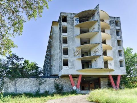 El Hotel Ponce Intercontinental ahora es el esqueleto de lo que fue un edificio.