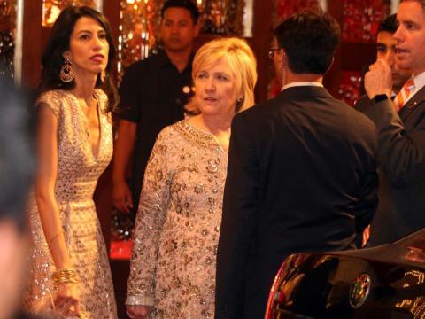 ... incluyendo a la ex Secretaria de Estado y candidata presidencial Hillary Clinton con su ayudante de muchos años, Huma Abedin...