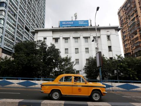 """Los medios de comunicación indios informaron en septiembre que Reliance Communications, la empresa de Anil, """"sin recursos económicos"""", abandonará el negocio de las telecomunicaciones."""