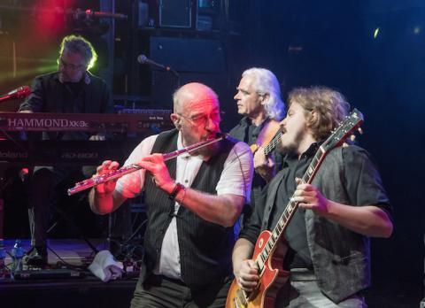 La banda en la actualidad, con Ian Anderson tocando la flauta