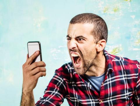 Joven enfadado con su smartphone