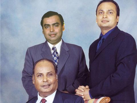 ...dejando su compañía para ser dirigida por sus dos hijos: Mukesh y su hermano menor, Anil.