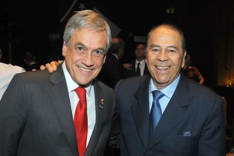 Lucho Gatica (derecha), junto al presidente de Chile, Sebastián Piñera, en 2011.