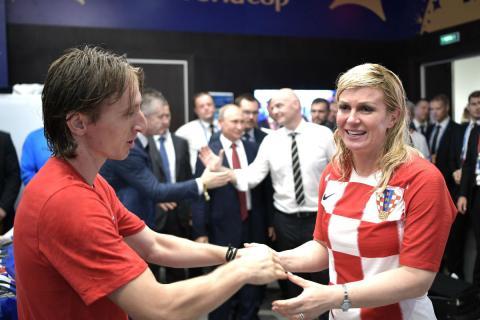 Luka Modric y Kolinda Grabar-Kitarovic, presidenta de Croacia, en la final del Mundial de Rusia