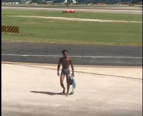 Jhryin Jones, de 19 años, corrió semi desnudo por el asfalto del aeropuerto con más tráfico del mundo.