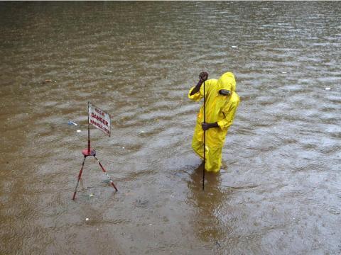 Un operario municipal intenta desbloquear un desagüe en Baltimore.