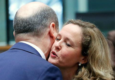 La ministra española de Economía, Nadia Calviño, saluda a su homólogo alemán, Olaf Schulz, en el Eurogrupo
