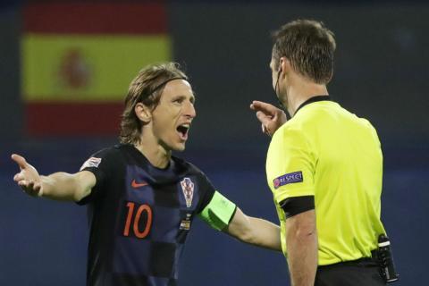Modric protesta ante el árbitro durante el último partido contra España