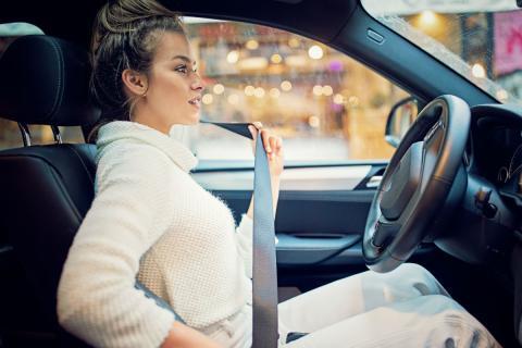Una mujer se abrocha el cinturón de seguridad