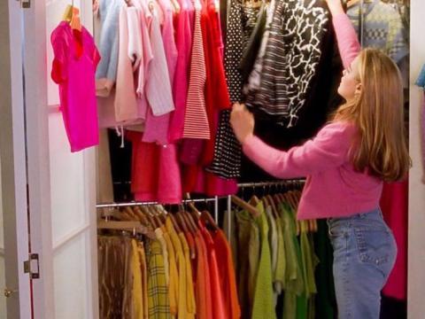 Mujer ordenando armario [Re]