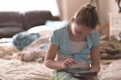 Niña jugando con un iPad
