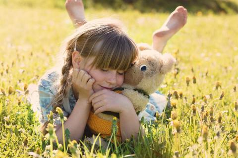 Una niña con un peluche