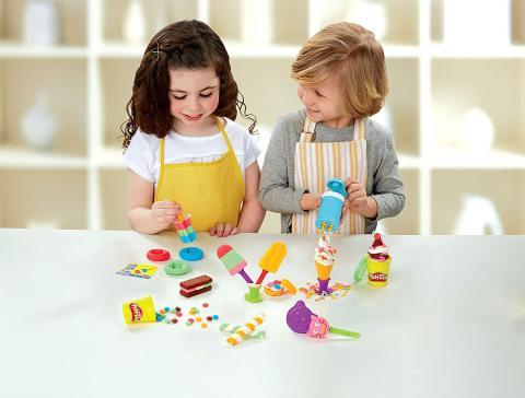 Niños jugando con plastilina