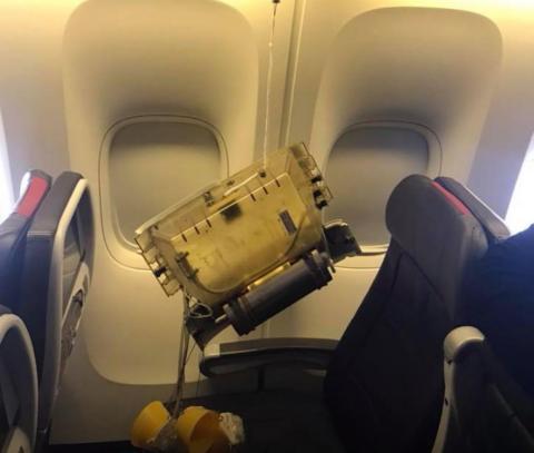 La fotografía muestra los daños del avión.
