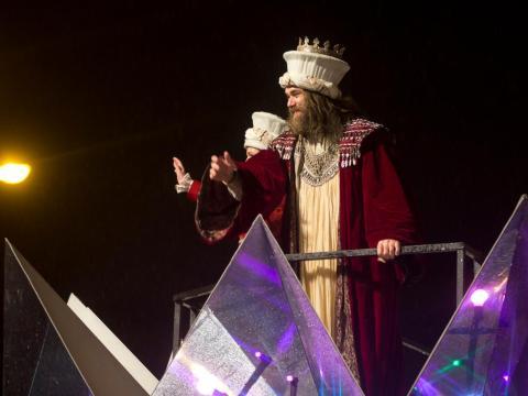 """Un hombre representa a Gaspar, uno de los tres Reyes Magos durante la """"Cabalgata de Reyes"""""""